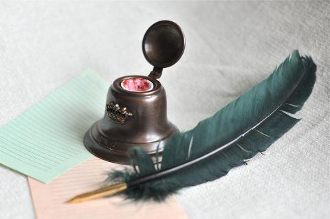Чернильница в виде колокола (Париж) с пером (Таэур, Лондон)
