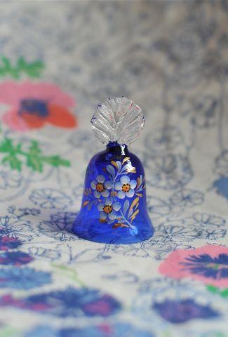 Синий колокольчик с цветущей веточкой