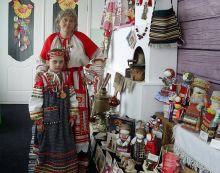 Ольга Коротких с дочкой Варей в своем музее.