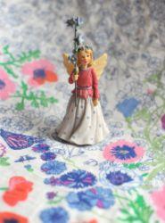 Девочка-ангел с незабудками